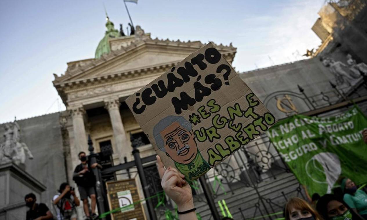 """""""Quanto tempo mais? É urgente Alberto"""", cobram ativistas durante uma manifestação em frente ao prédio do Congresso Foto: JUAN MABROMATA / AFP"""