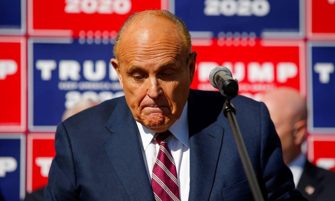 Rudy Giuliani, advogado do presidente Donald Trump, durante entrevista coletiva na loja de paisagismo Four Seasons, na Pensilvânia, minutos após a confirmação da vitória de Joe Biden pela imprensa americana Foto: EDUARDO MUNOZ / REUTERS / 7-11-2020