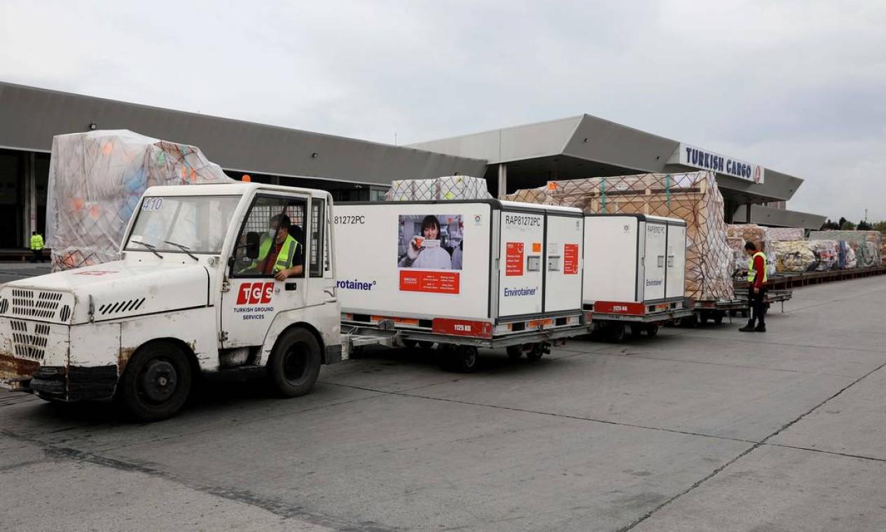 Foram usados contêineres de controle ativo de temperatura para a importação da vacina que é produzina na China, em parceria com o Brasil Foto: TURKISH AIRLINES / via REUTERS