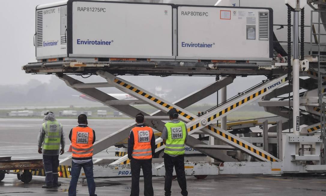 Container descarrega 120 mil doses da CoronaVac no Aeroporto Internacional de Guarulhos, em São Paulo Foto: NELSON ALMEIDA / AFP