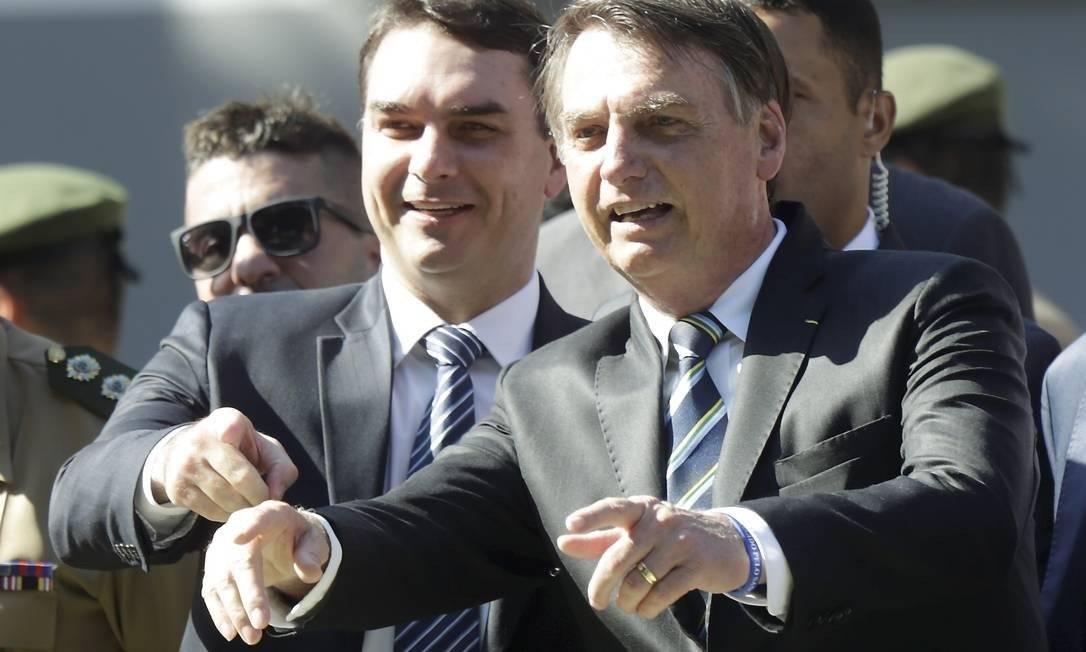 O senador Flávio Bolsonaro e o presidente Jair Bolsonaro Foto: Gabriel de Paiva/Agência O Globo