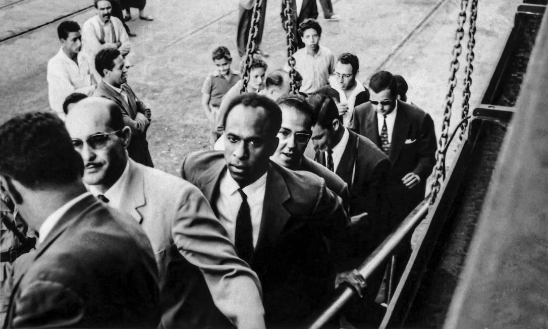 O pensamento de Frantz Fanon (ao centro, de preto) serviu de base para intelectuais brasileiros como Abdias do Nascimento Foto: Reprodução