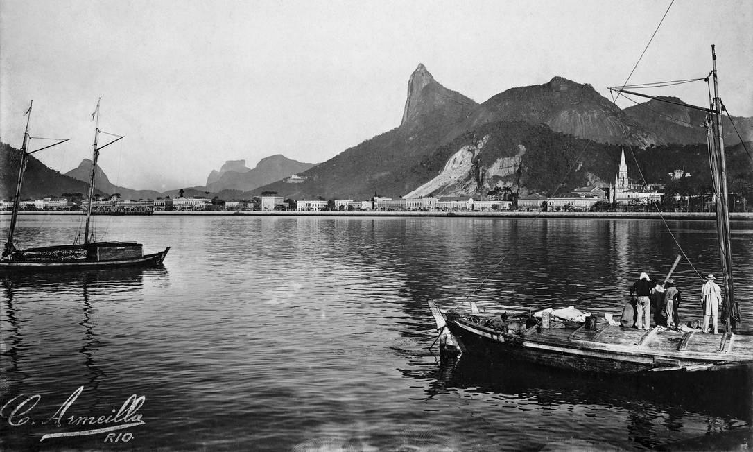 Botafogo e Corcovado. No canto inferior esquerdo, vê-se a assinatura manuscrita do fotógrafo francês André-Charles Armeilla Foto: C. Armeilla