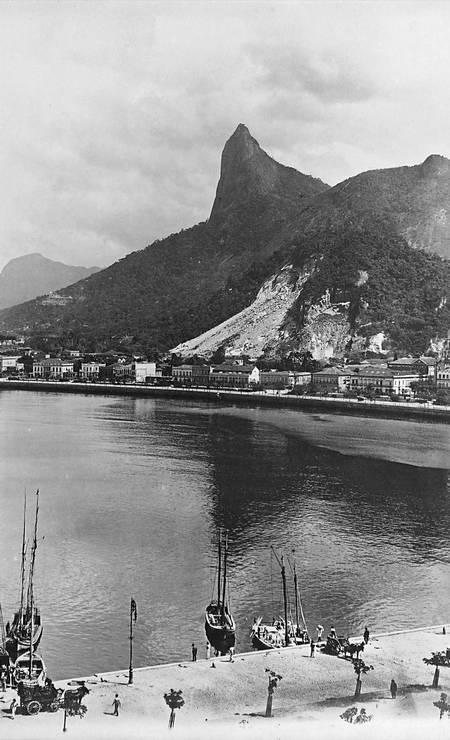 Praia de Botafogo e o Corcovado, ainda sem a estátua do Cristo Redentor. O francês fotografou o Rio e arredores, como Niterói, por dez anos, entre 1903 e 1913 Foto: C. Armeilla