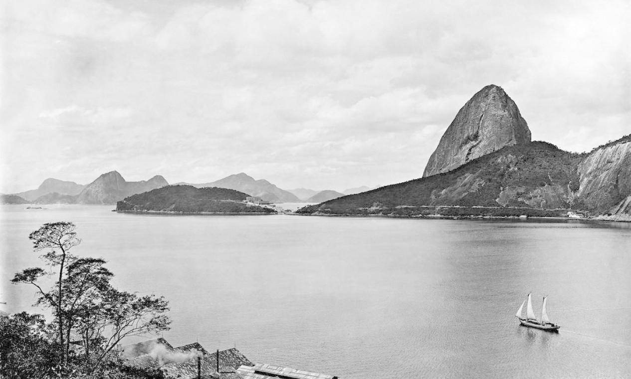 Enseada de Botafogo e Pão de Açúcar ainda sem o bondinho, o que mostra que a foto foi feita antes de 1912 Foto: C. Armeilla