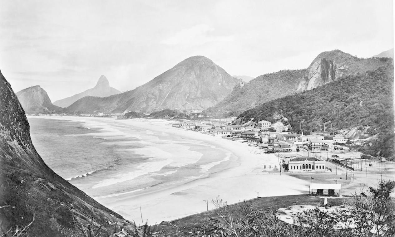 """Vista das praias de Copacabana e Leme. """"Ele não contenta em tirar foto do mesmo ângulo que todo mundo tirava e é um mestre dos volumes"""", comenta o colecionador Pedro Corrêa do Lago Foto: C. Armeilla"""
