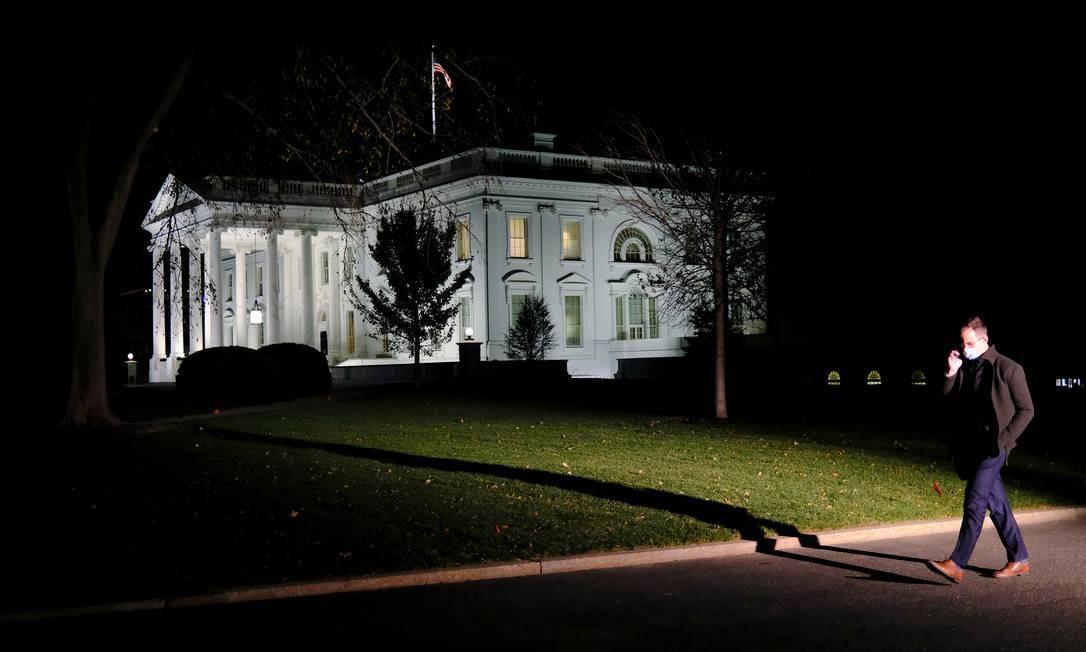 Jornalista deixa a Casa Branca na noite de 18 de novembro Foto: CARLOS BARRIA / REUTERS