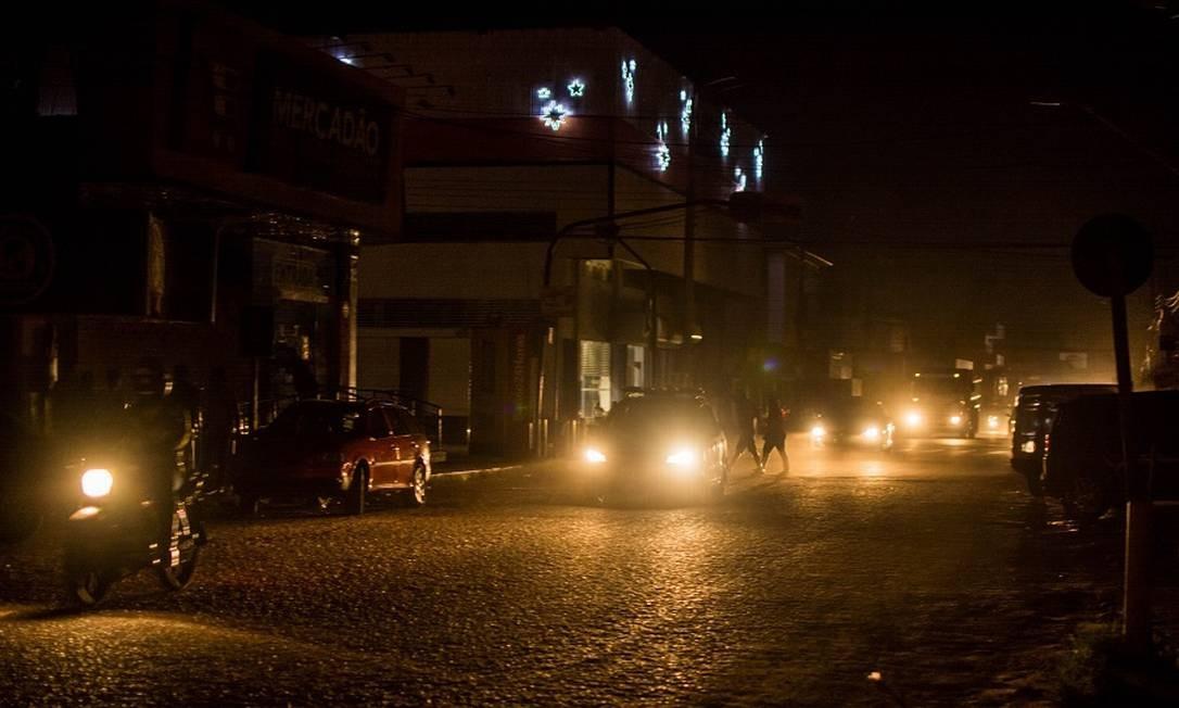 Macapá às escuras, iluminada apenas por faróis de carros Foto: Fotoarena / Agência O Globo