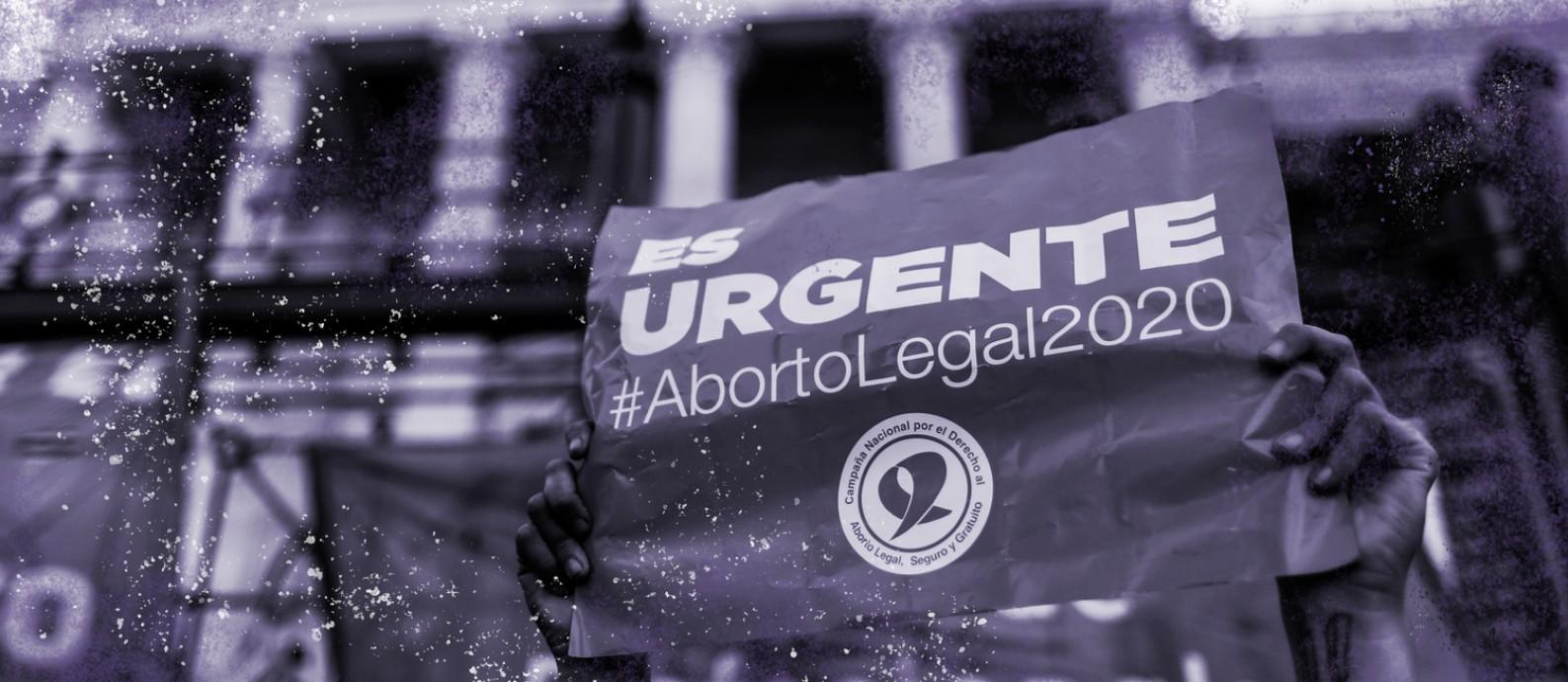 """Uma ativista segura uma placa que diz """"É urgente #AbortoLegal2020"""" durante uma manifestação a favor da legalização do aborto, em frente ao Congresso Nacional, em Buenos Aires, Argentina, no dia 18 de novembro de 2020 Foto: Agustin Marcarian / Reuters"""