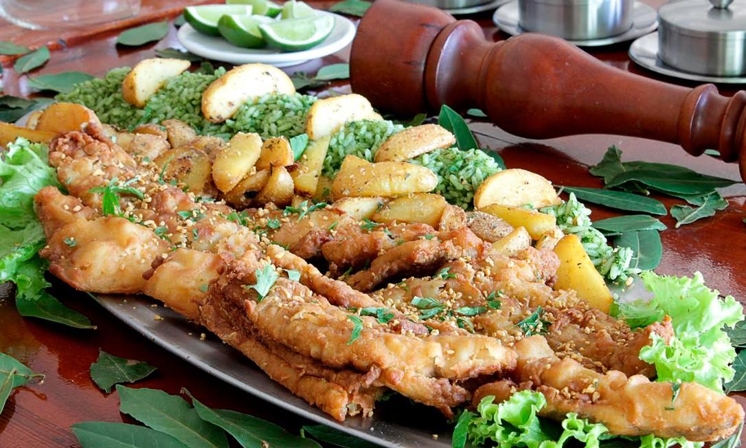 Crocante. O tambaqui é o segundo maior peixe da região amazônica. No restaurante Siri, o pescado é servido frito acompanhado de batatas rústicas e arroz de brócolis: R$ 98,90, para duas pessoas Foto: Divulgação/Adriano Gadini / .
