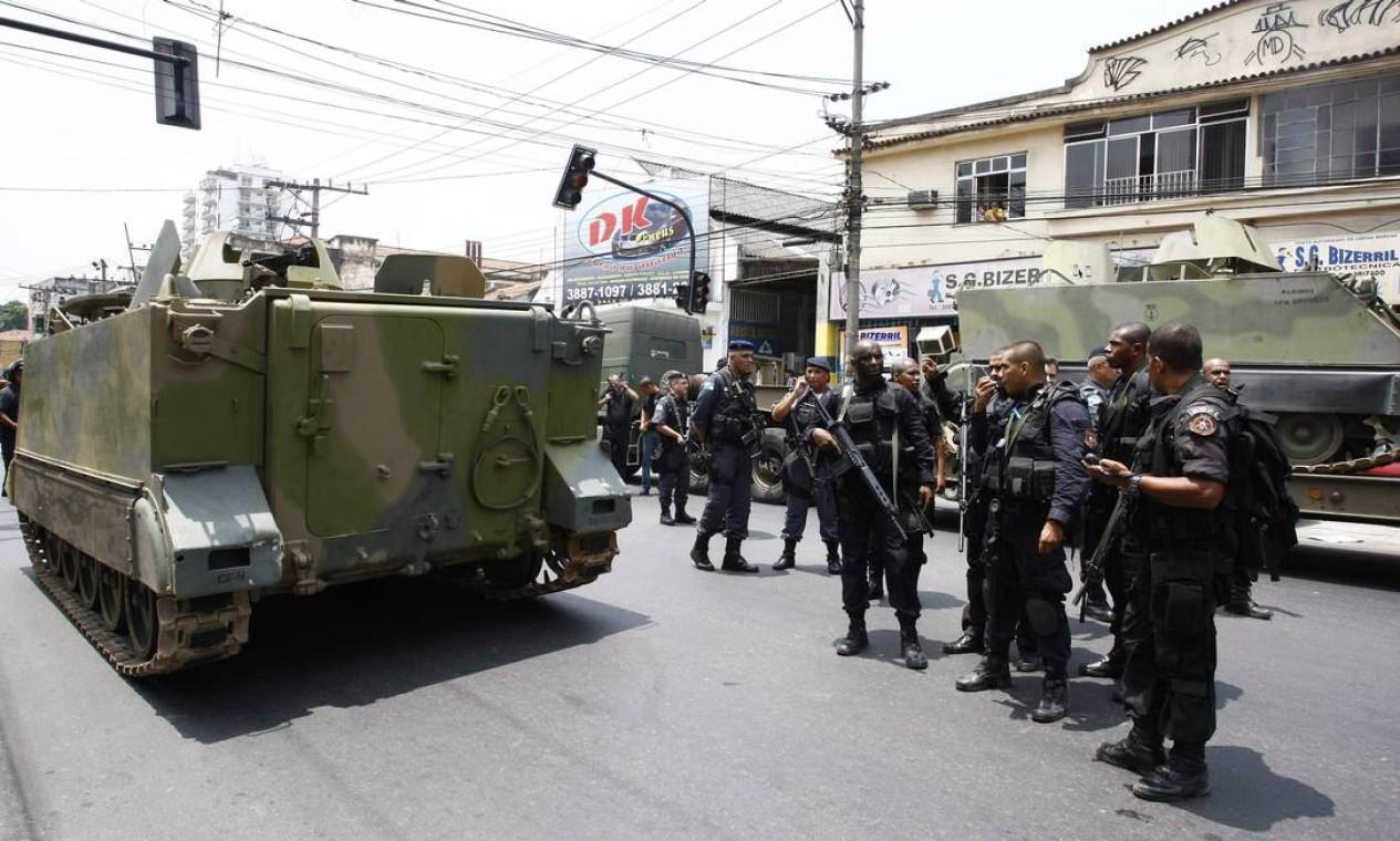 Policiais do Bope chegam à Vila Cruzeiro, no complexo da Penha Foto: Pablo Jacob / Agência O Globo - 24/11/2010