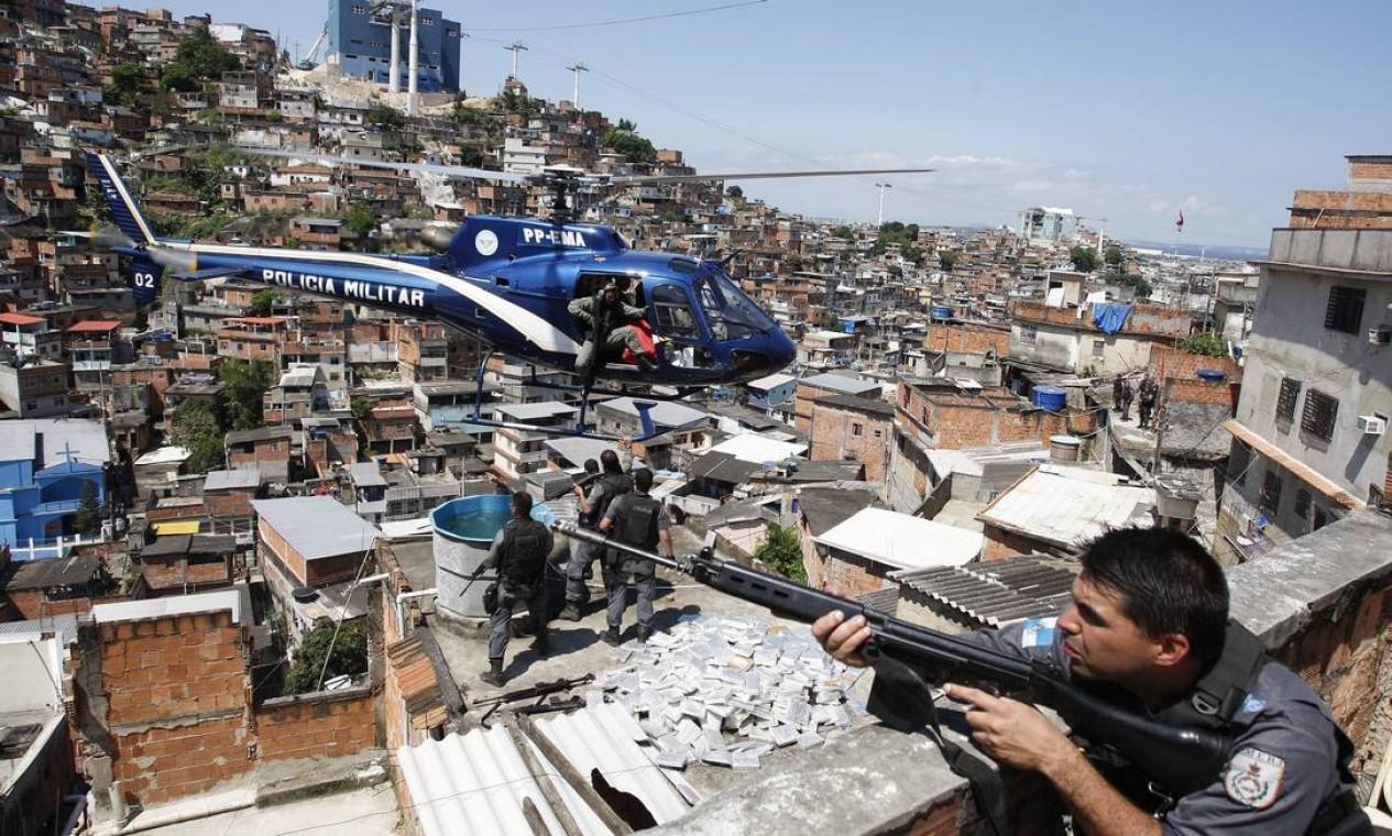A PM contou com auxílio inclusive de helicóptero para ocupar o Complexo do Alemão Foto: Domingos Peixoto / Agência O Globo - 28/11/2010