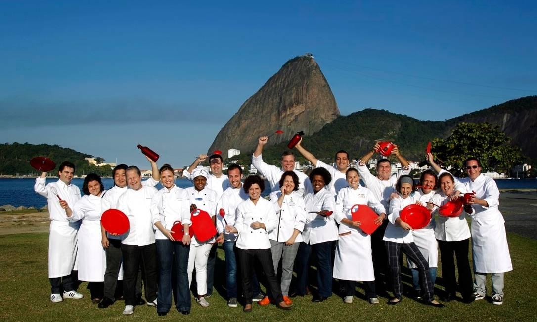 Pose histórica com o Pão de Açúcar ao fundo: os chefs da primeira edição do Rio Gastronomia Foto: Monica Imbuzeiro / Agência O Globo