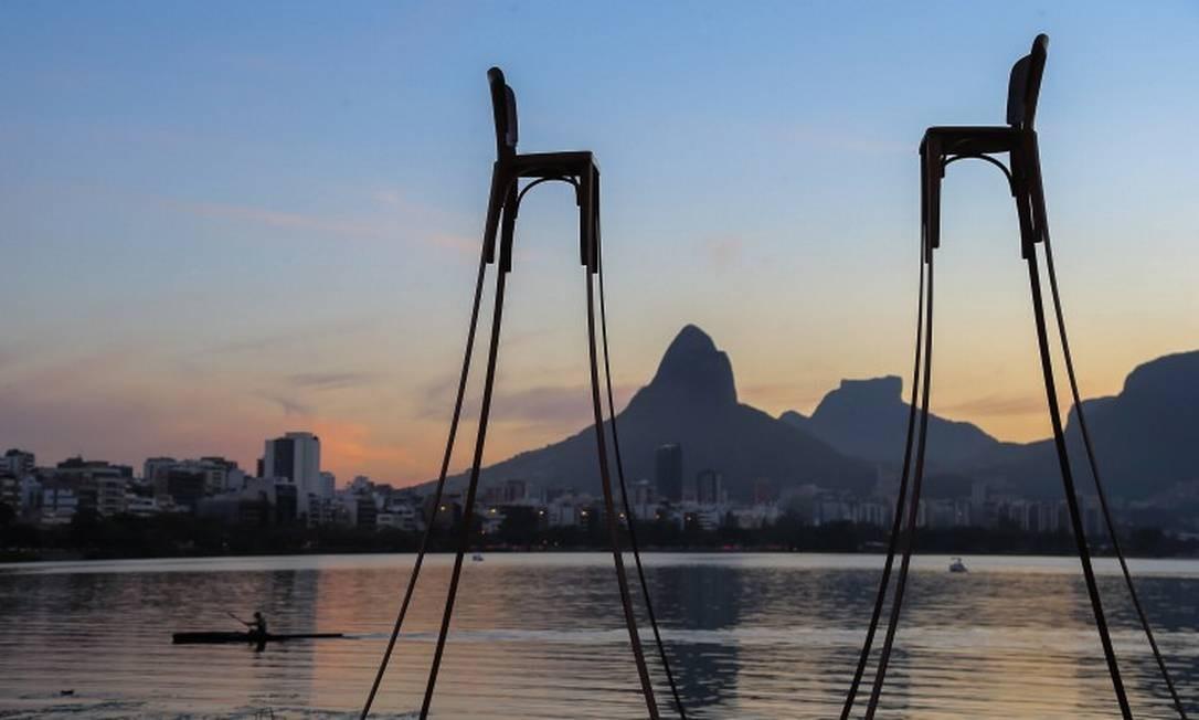 As cadeiras gigantes de Peu Mello: a mostra também foi montada no Parque de Madureira Foto: Marco Sobral / Infoglobo