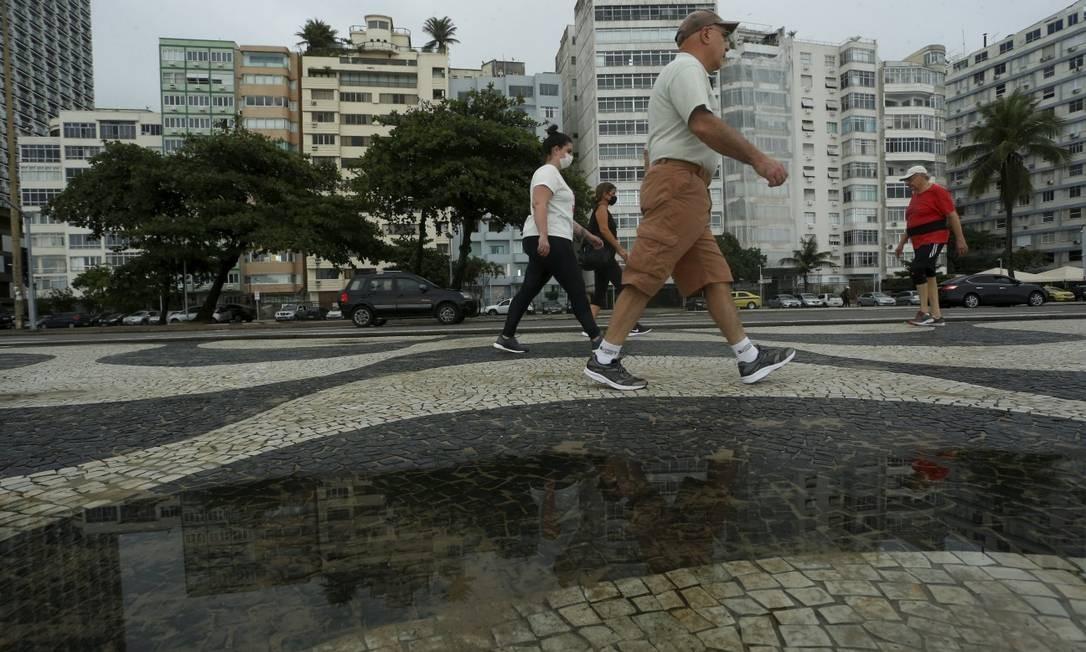 Copacabana, que já ficou em terceiro lugar no total de mortes no início da pandemia, teve redução de óbitos: mas número de casos é alto Foto: Fabiano Rocha / Agência O Globo