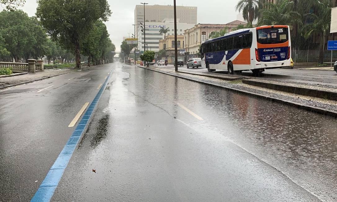 Em ambos os sentidos, Avenida Presidente Vargas, na altura da Cidade Nova, é ocupada parcialemnte por acúmulo de água nesta manhã Foto: Centro de Operações Rio / Reprodução