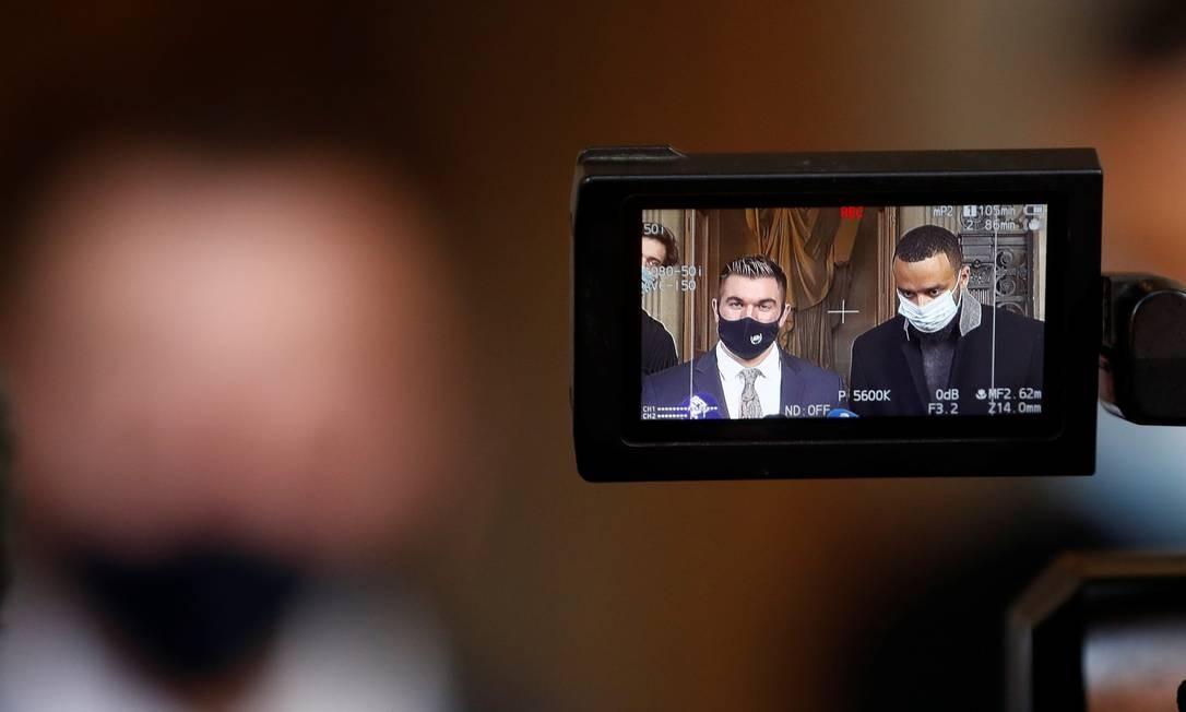 """Cidadãos americanos Anthony Sadler e Alek Skarlatos, dois dos três """"heróis"""" americanos do trem Thalys, são vistos na tela de uma câmera enquanto conversam com jornalistas depois de testemunharem durante o julgamento de um suposto atirador islâmico que abriu fogo contra um Thalys, no trem rápido entre Amsterdã e Paris Foto: GONZALO FUENTES / REUTERS"""