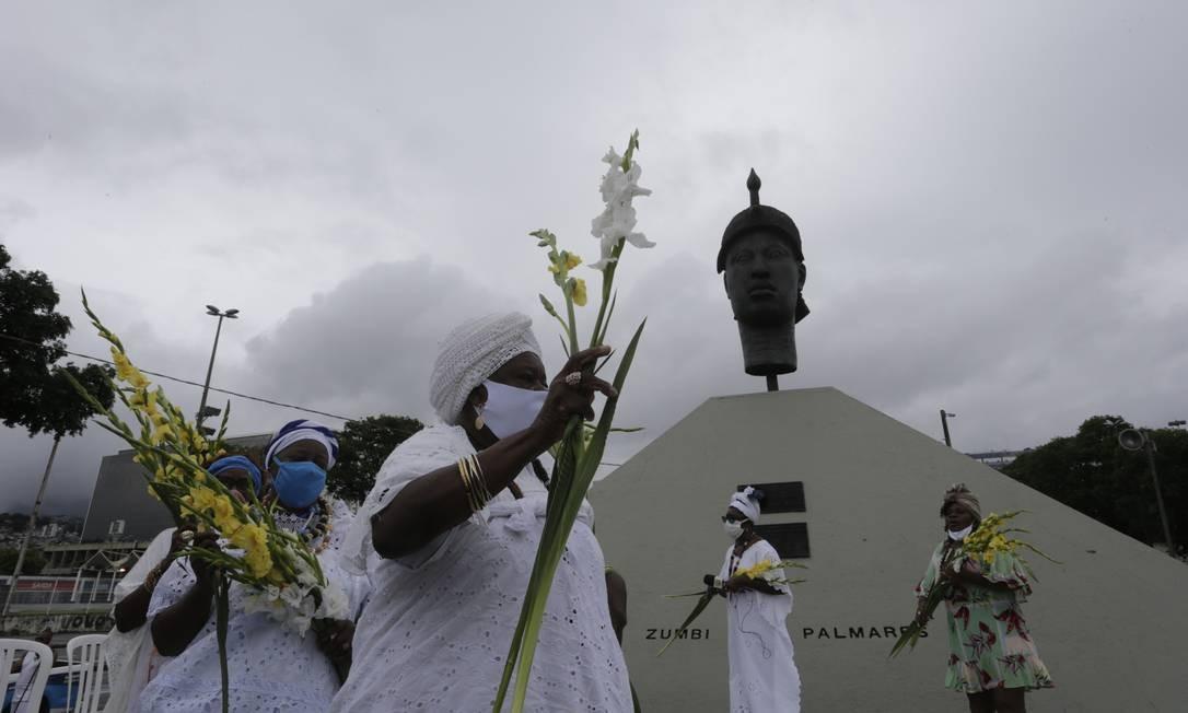 Monumento Zumbi dos Palmares reuniu celebrações pelo Dia da Consciência Negra desde o início da manhã Foto: Domingos Peixoto / Agência O Globo