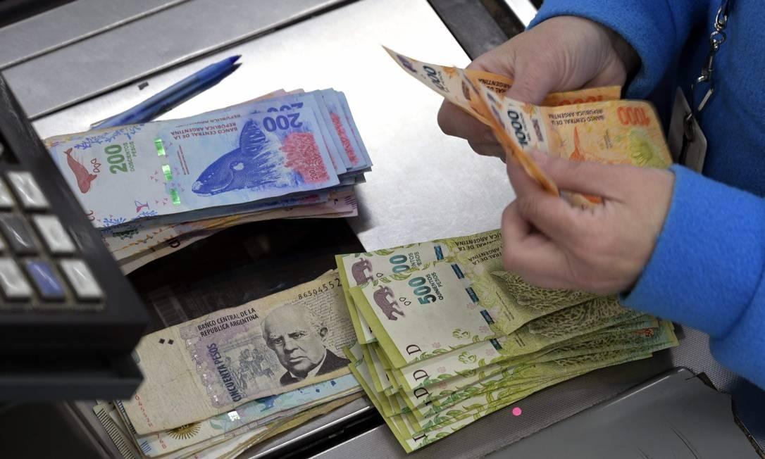 A pressão para desvalorizar o peso se manteve ao longo de todo o ano e a inflação se aproxima dos 40% Foto: Juan Mabromata / AFP