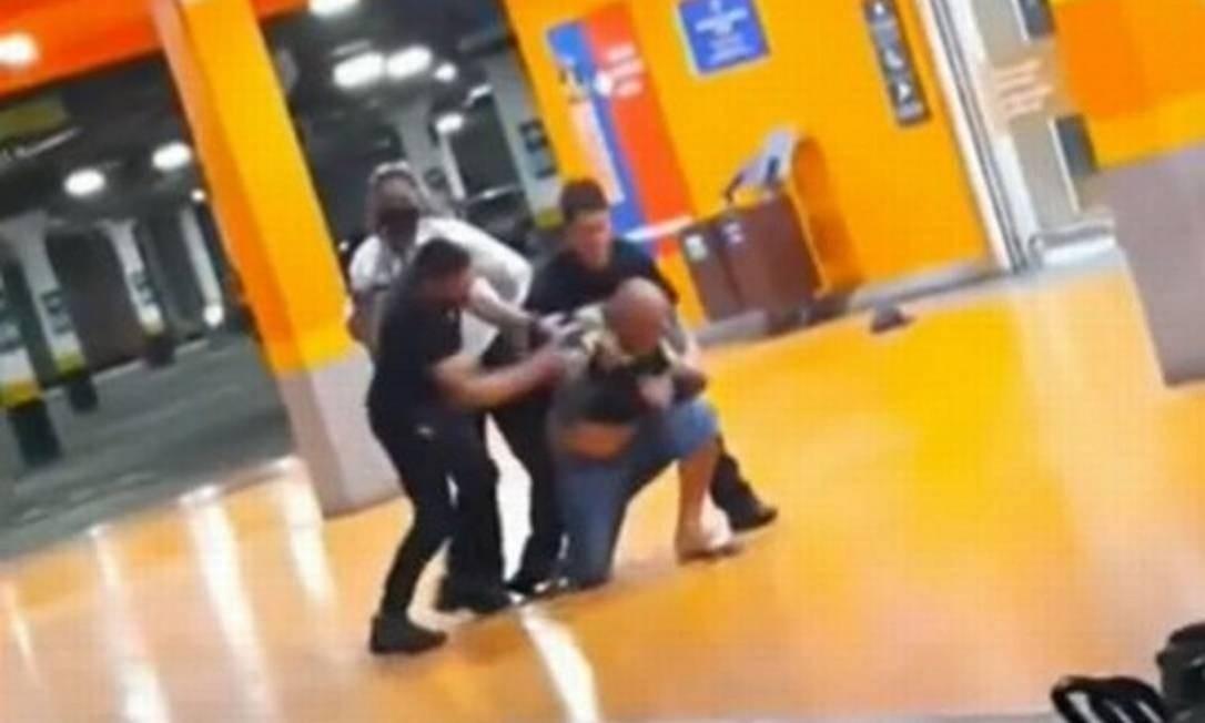 Trecho do vídeo que mostra Alberto Silveira Freitas sendo espancado Foto: Reprodução/ Facebook