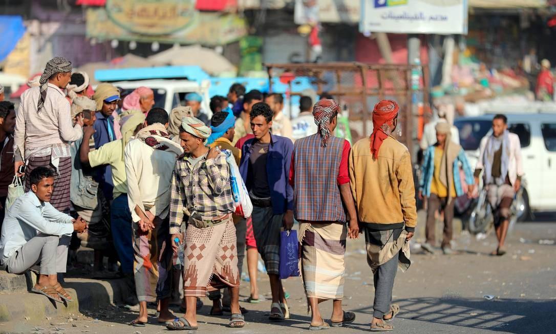 Trabalhadores manuais procuram empregos emprego pelas ruas da cidade Taez, no Iêmen Foto: AHMAD AL-BASHA / AFP