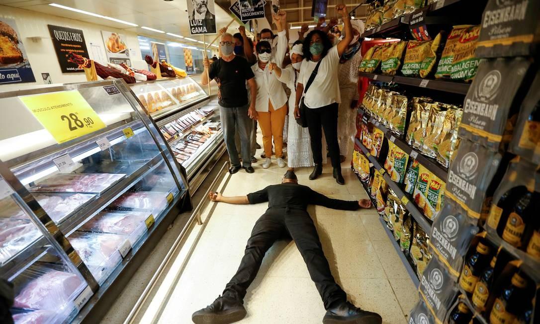 Protesto nesta sexta (20) dentro de um supermercado Carrefour em Brasília Foto: ADRIANO MACHADO / REUTERS