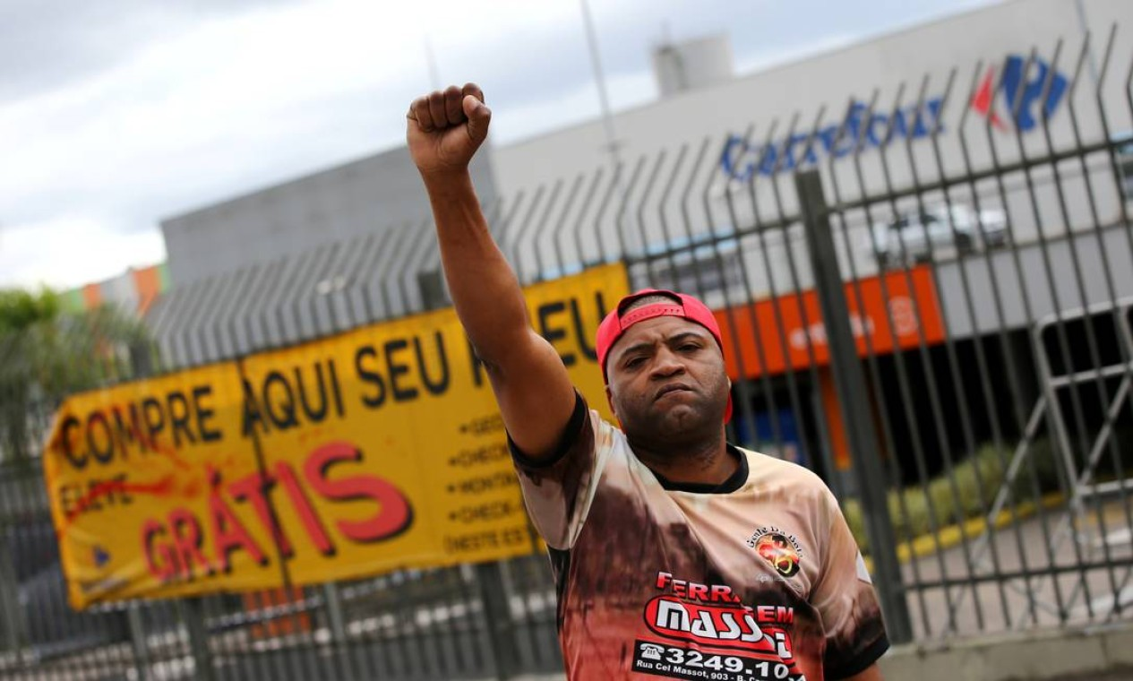 Jorge Luiz Ritta de Oliveira, 45, ergue punho cerrado em protesto em frente ao supermercado Carrefour, onde Beto foi espancado até a morte por seguranças Foto: DIEGO VARA / REUTERS