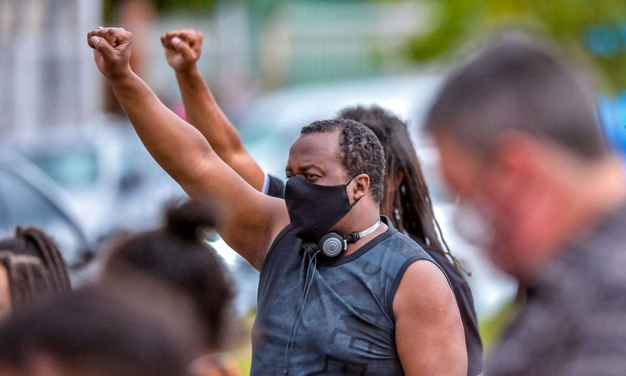 Homem ergue punho cerrado em protesto pelo assassinato de Beto, no supermercado da rede Carrefour, no bairro Passo d'Areia, em Porto Alegre, Rio Grande do Sul Foto: SILVIO AVILA / AFP