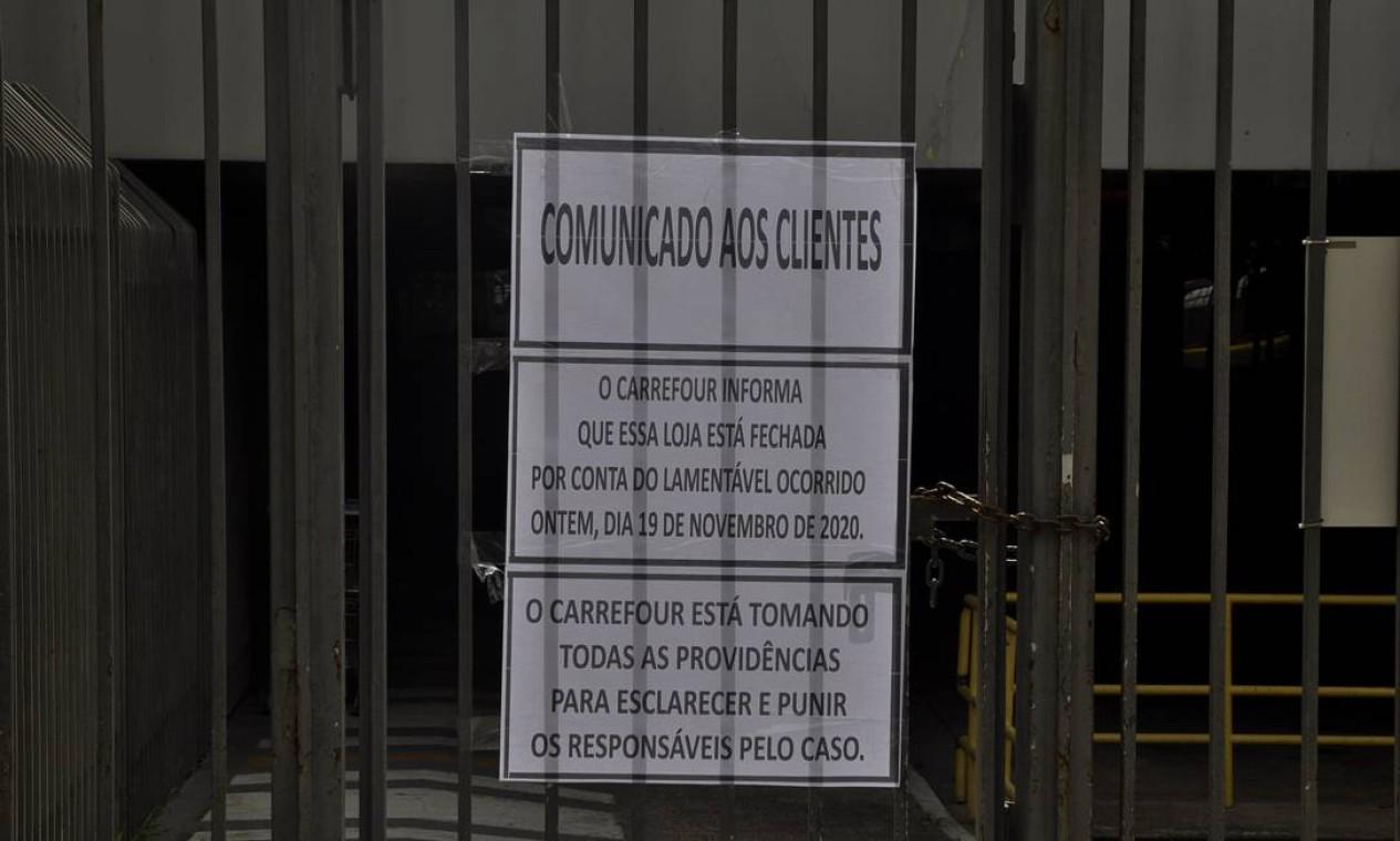 Comunicado informa aos clientes que o Carrefour onde Beto foi assassinado não funcionará Foto: TheNews2 / Agência O Globo
