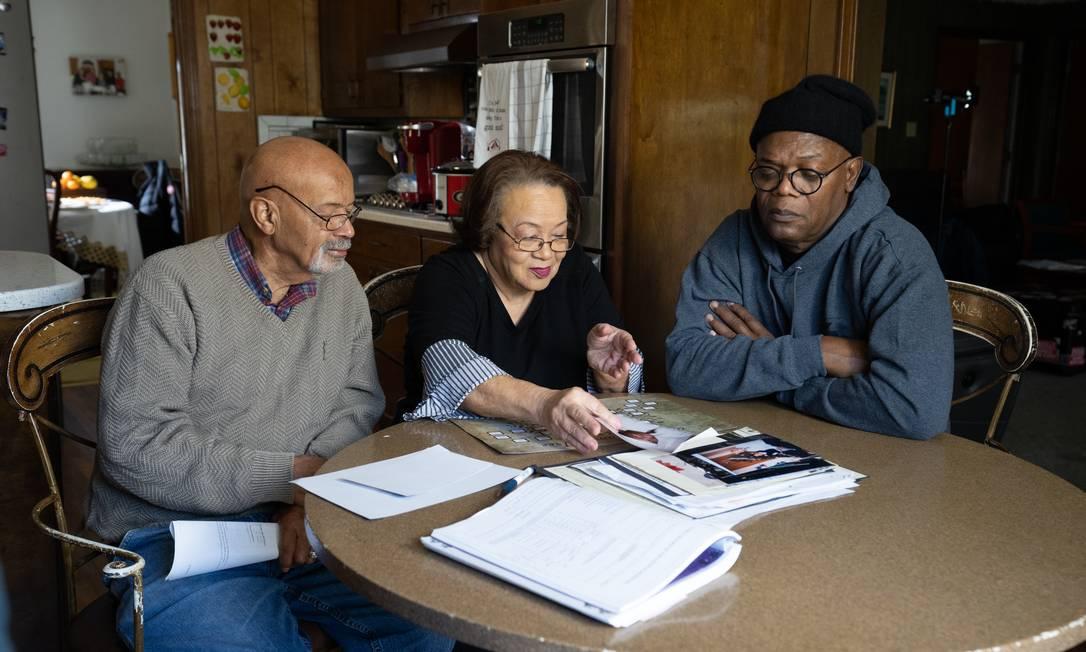 O ator Samuel L. Jackson e seus primos remontam a árvore genealógica da família em um dos episódios Foto: Divulgação