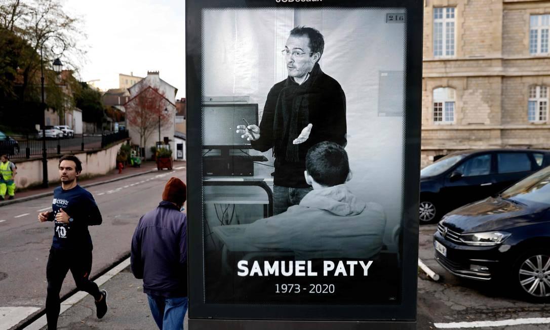 Cartaz em Conflans-Sainte-Honorine homenageia professor decapitado em outubro por extremista na cidade perto de Paris; ataques reforçaram projetos Foto: THOMAS COEX / AFP