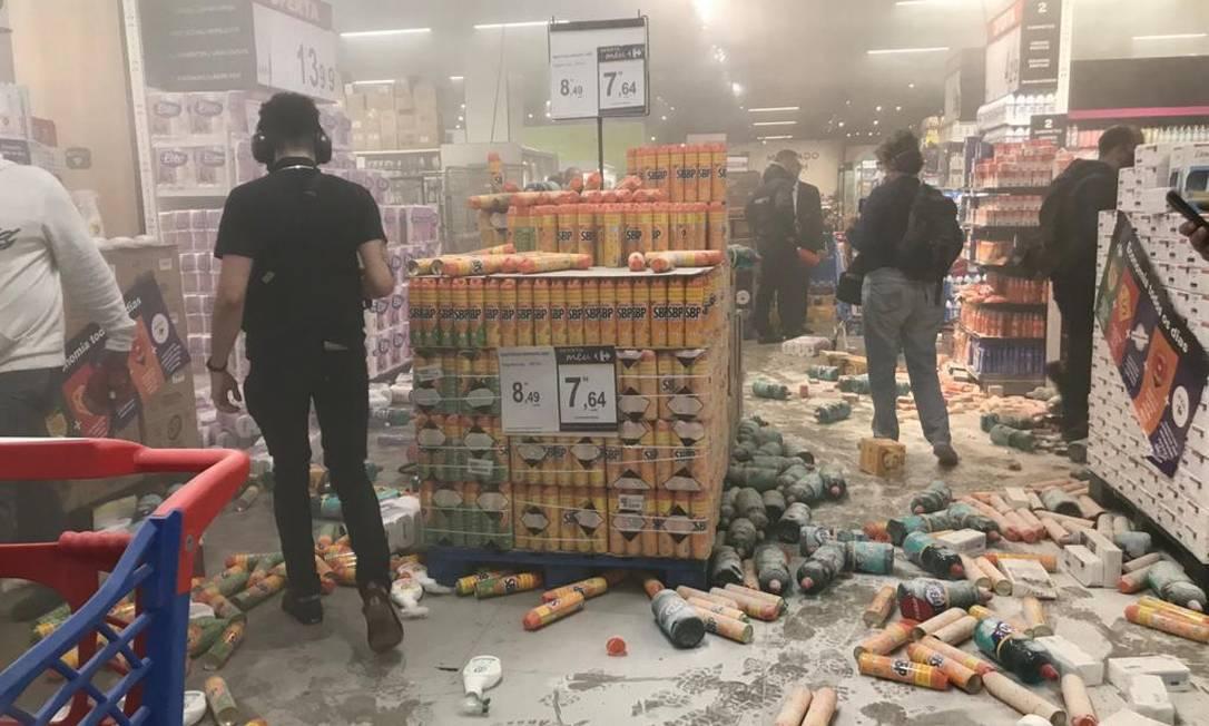 Supermercado Carrefour foi invadido e destruído nesta sexta-feira, na região dos Jardins, em São Paulo Foto: Edilson Dantas / O Globo