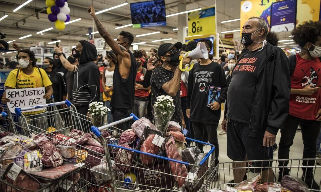 """""""A carne mais barata do mercado é a carne negra"""", canção de Elza Soares, cantora e compositora, inspirou ato simbólico com carne bovina Foto: Guito Moreto / Agência O Globo"""