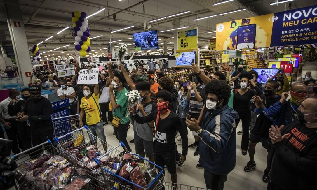 Ocupação do supermercado acabou causando o encerramento do expediente na unidade Foto: Guito Moreto / Agência O Globo