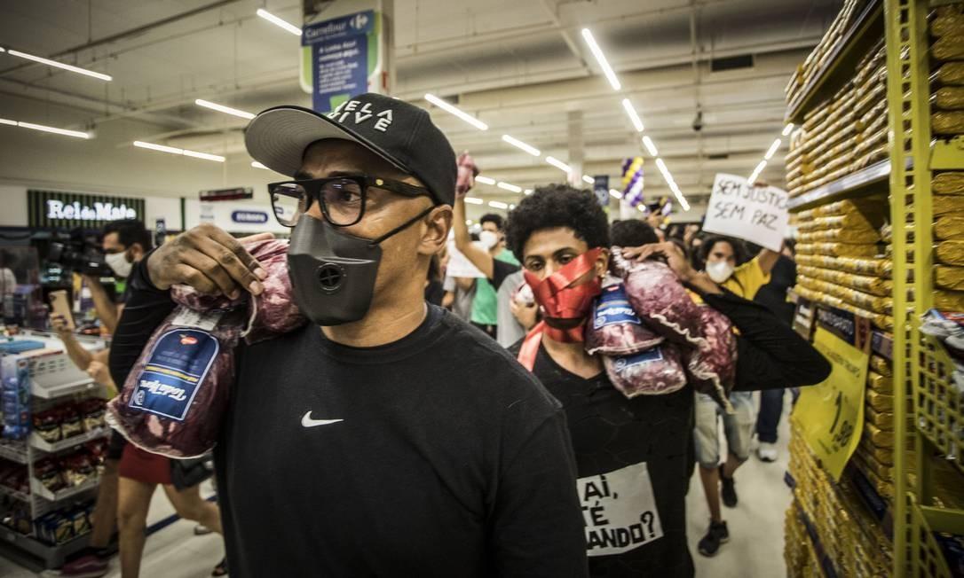 Manifestantes carregam carne bovina nos ombros Foto: Guito Moreto / Agência O Globo