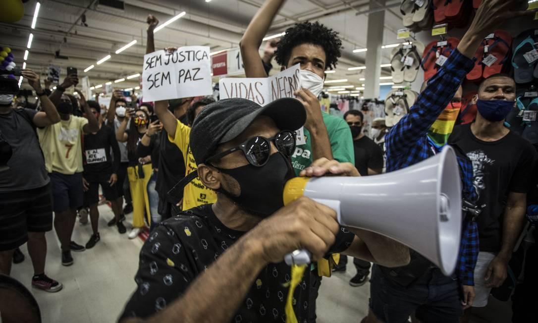 Grupo grita palavras de protesto dentro do Carrefour da Barra da Tijuca Foto: Guito Moreto / Agência O Globo