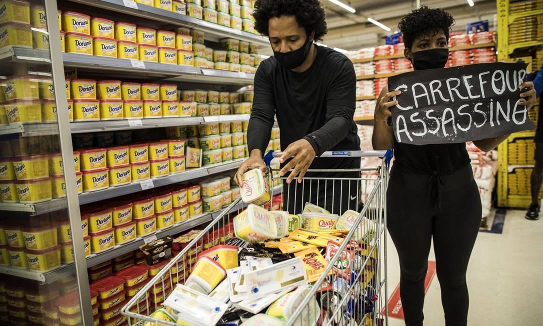 Palavras de ordem e muita desordem fizeram com que a filial do Carrefour fechasse as portas no Dia da Consciência Negra Foto: Guito Moreto / Agência O Globo