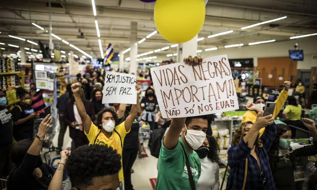 Manifestantes fecham o supermercado Carrefour, na Barra Tijuca Foto: Guito Moreto / Agência O Globo
