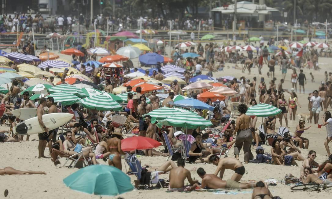 Banhistas na Praia do Leblon: especialistas temem que falta de distanciamento social aumente possibilidade de segunda onda Foto: Gabriel de Paiva/2-11-2020