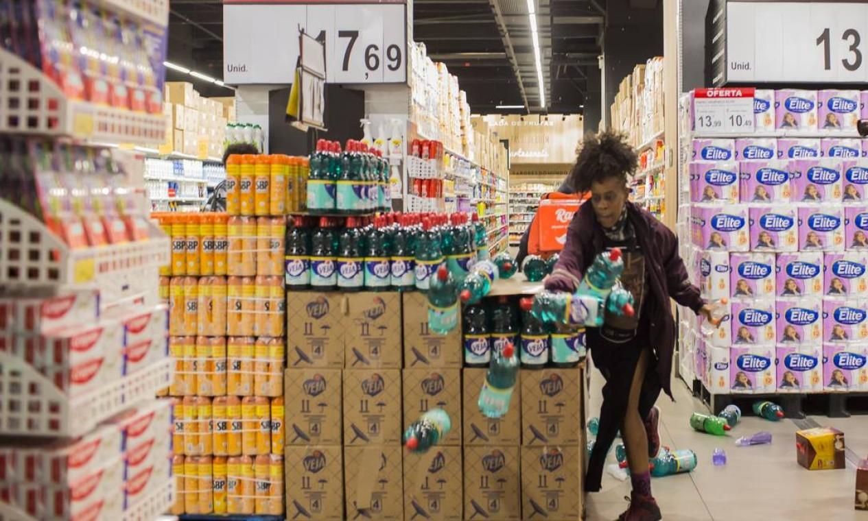 Revoltada, manifestante joga produtos no chão Foto: Edilson Dantas / Agência O Globo