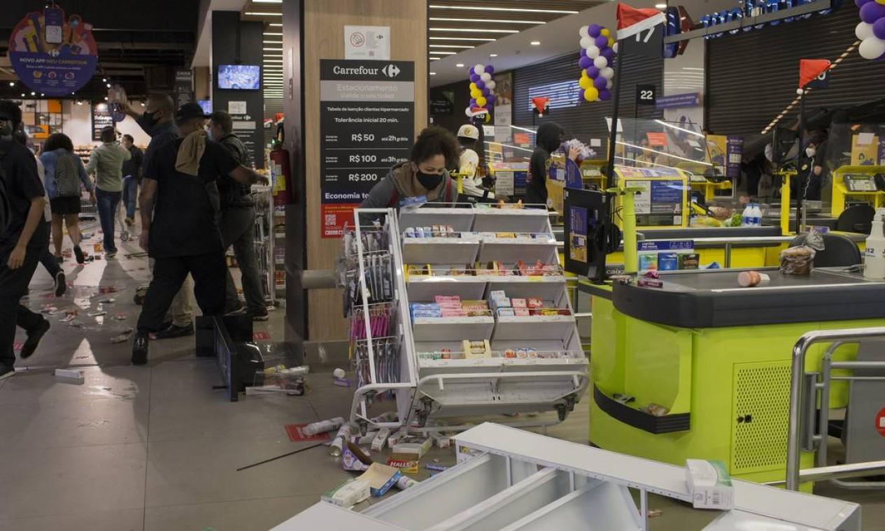 Gôndulas foram derrubadas Foto: Edilson Dantas / Agência O Globo