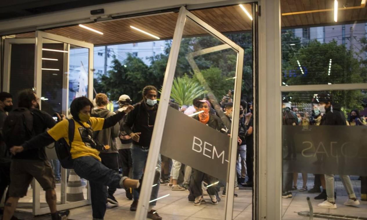 """Manifestante chuta porta onde está escrito """"bem-vindo"""" Foto: Edilson Dantas / Agência O Globo"""