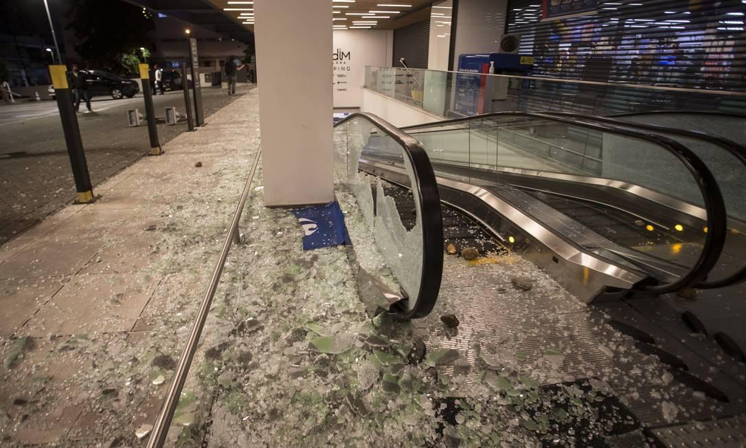 Vidraças foram alvos da revolta dos manifestantes Foto: Edilson Dantas / Agência O Globo