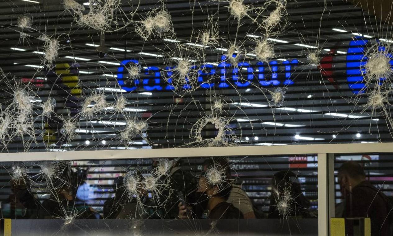 Vidraça do supermercado foi alvejada Foto: Edilson Dantas / Agência O Globo