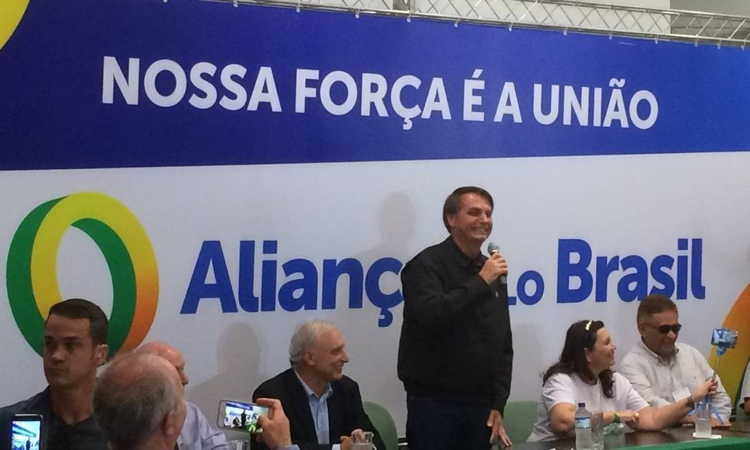 Presidente Jair Bolsonaro discursa em coleta de assinaturas para o Aliança pelo Brasil Foto: Daniel Gullino/Agência O Globo