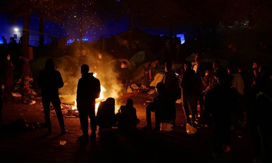 Refugiados em acampamento improvisado na periferia de Paris, antes de serem despejados pela polícia Foto: Nomie Olive / Reuters