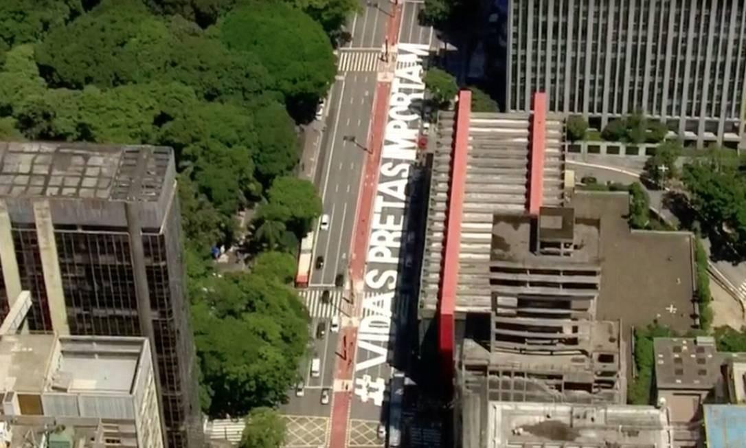 Frase contra racismo foi pintada em frente ao Masp durante a noite de sábado e a madrugada de domingo Foto: Reprodução