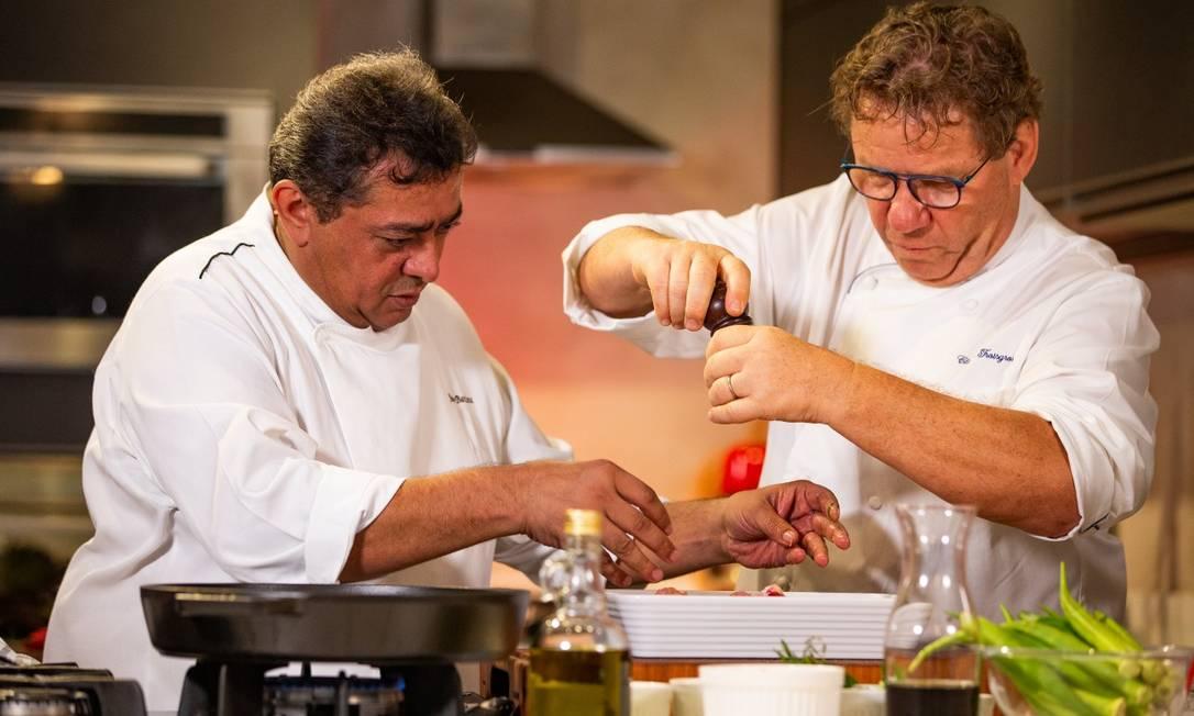 Batista e Claude Troisgros: a dupla inseparável inaugura série de aulas-show dos 10 anos do Rio Gastronomia Foto: ROBERTO MOREYRA / Agência O Globo