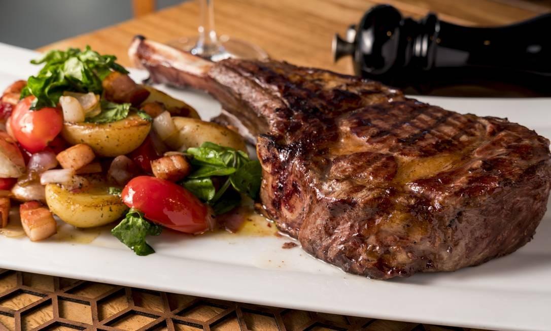 Prime rib com batatas e agrião: no cardápio do Tre Torri, na Barra Foto: Alex Mendes / divulgação