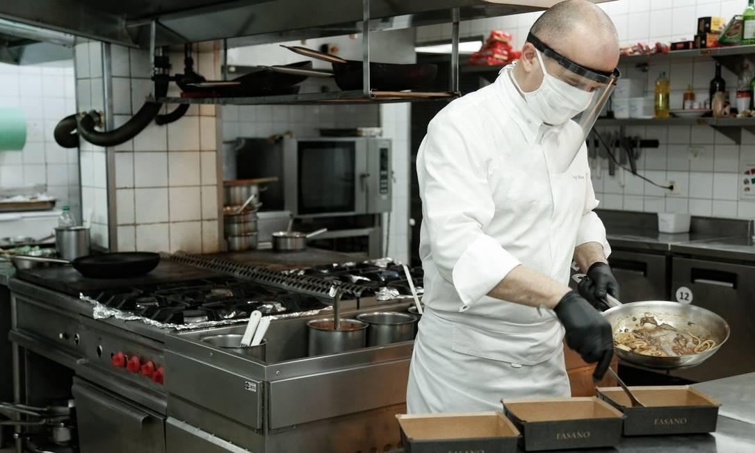 O chef Luigi Moressa, do restaurante Gero, prepara os pedidos a serem entregues em casa Foto: Roberto Moreyra / Agência O Globo